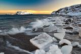 Льдины на берегу моря